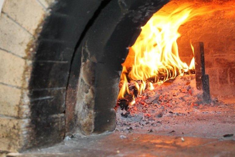 Vista ravvicinata di un forno a legna