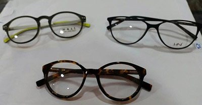 tre modelli di occhiali da vista appoggiati sul tavolo