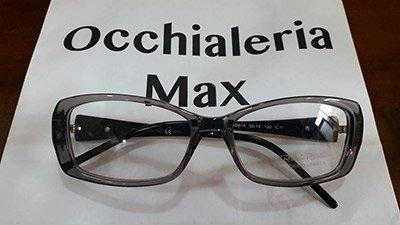 occhiali con montatura squadrata