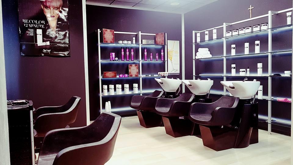 posti a sedere e lavandini di un salone di bellezza
