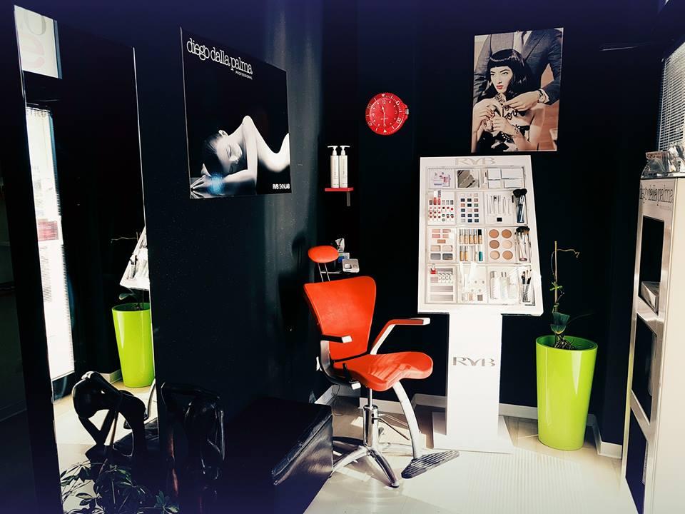 sedia arancione e prodotti per capelli