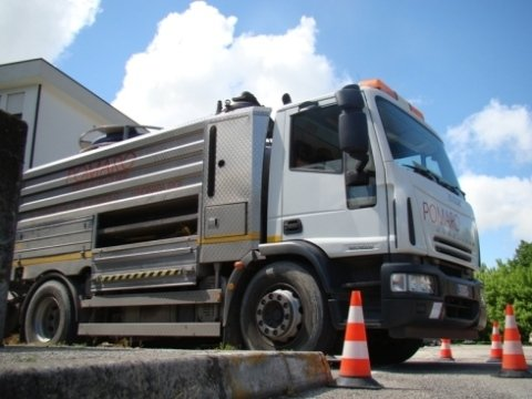 vista laterale camion autospurghi