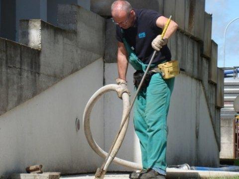 operaio durante lo spurgo di una fognatura