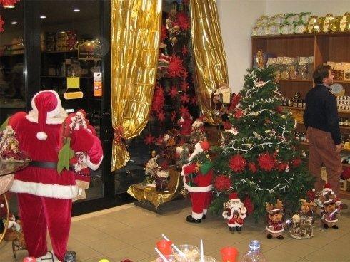 albero di Natale e Babbi Natale al negozio