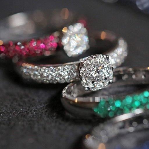 Anelli rubini diamanti smeraldi