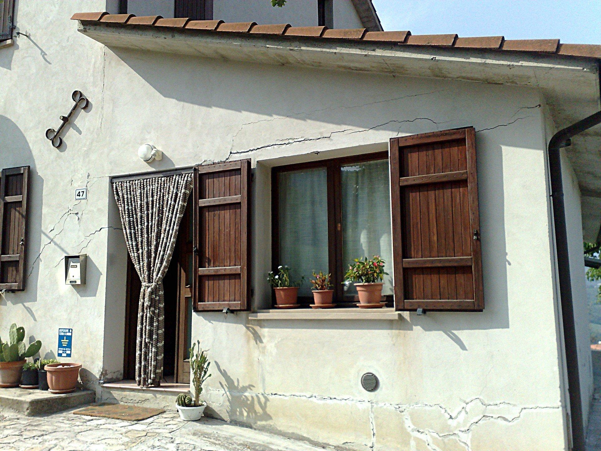 finestra e crepa riparata