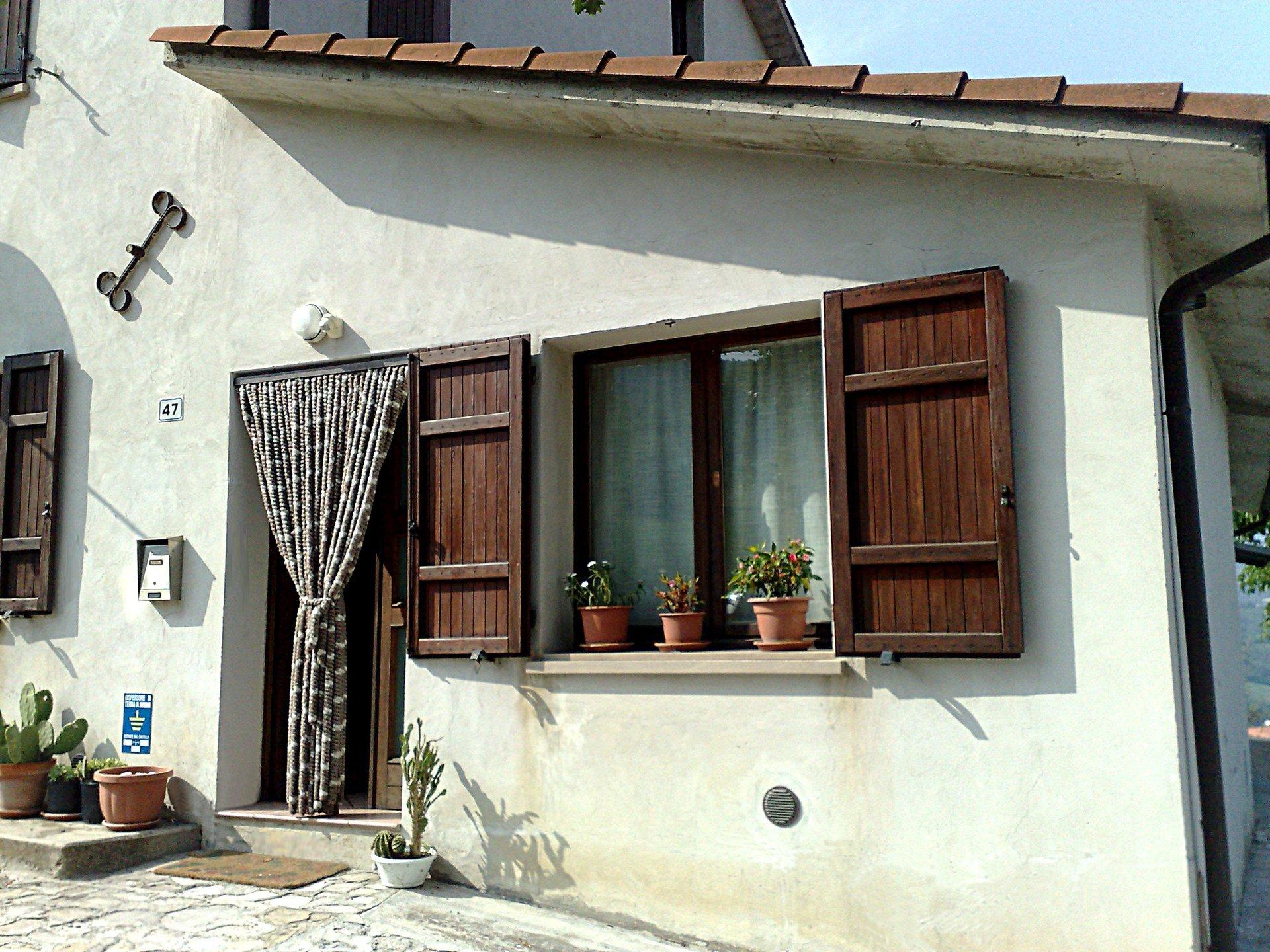 casa con finestra e crepa