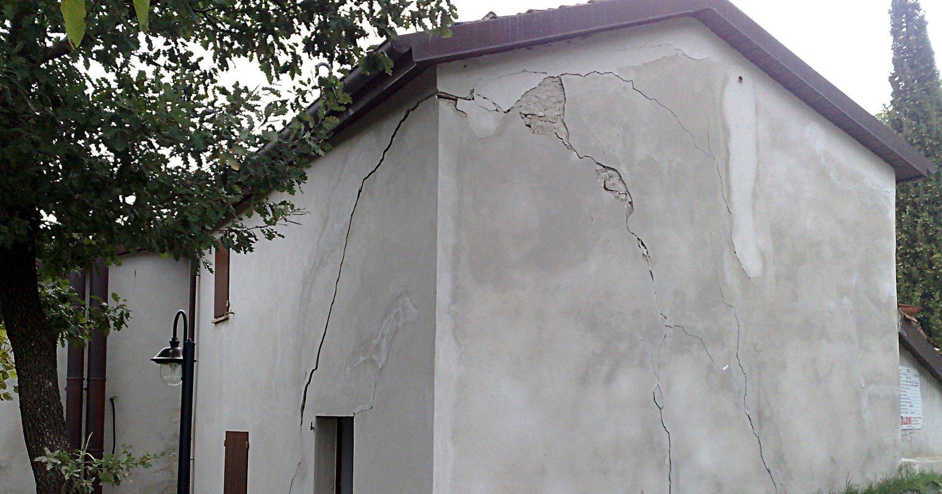 muro grigio con crepa