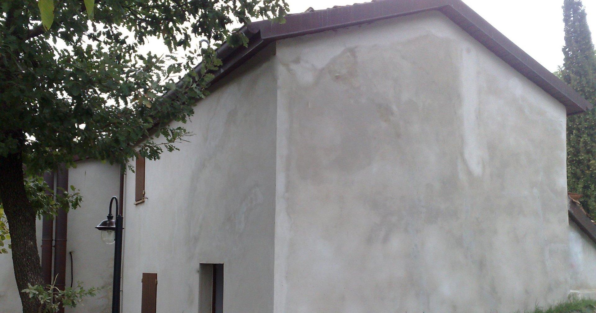 muro grigio con crepa riparata