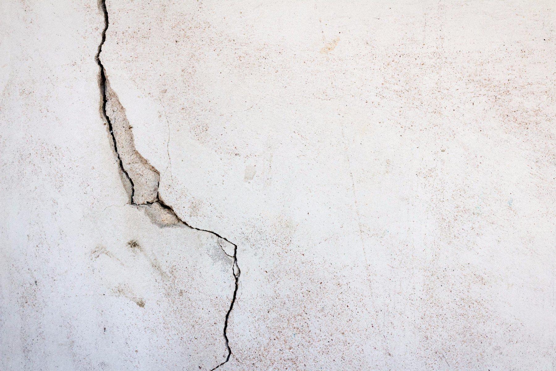una crepa in un muro