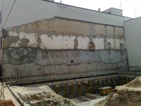 una parete in costruzione