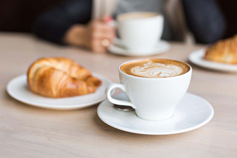 un cappuccino e una brioche