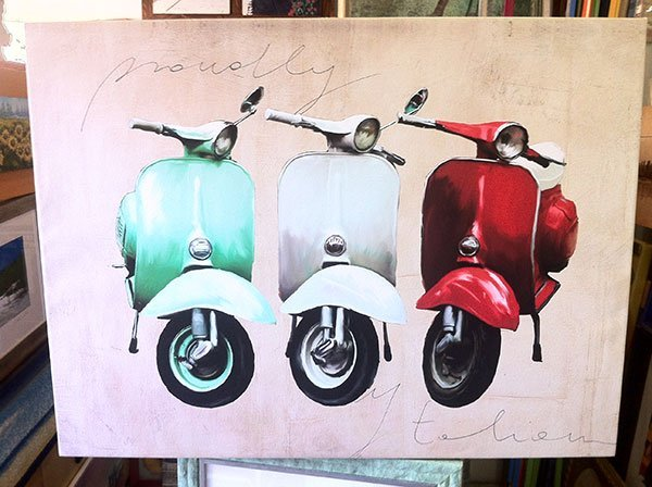 un quadro con tre Vespa di diverso colore