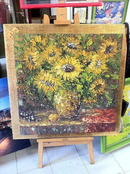 un quadro su un cavalletto che raffigura dei girasoli