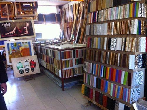 interno di un negozio di cornici