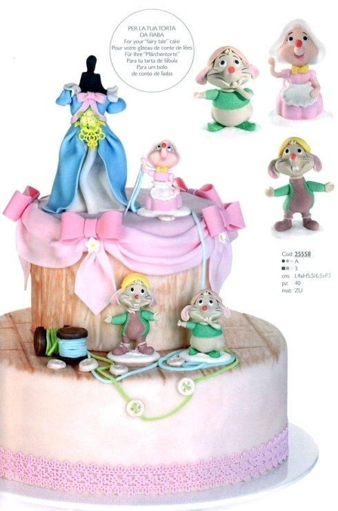 torta con varie bamboline sopra