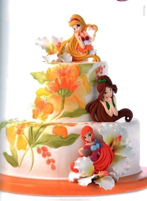 torta a tre piani decorata con bambole