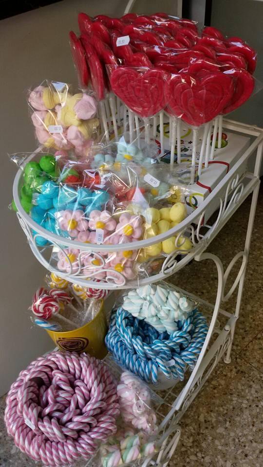 carrello con caramelle di vario genere e colore