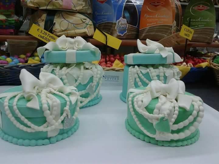 torte azzurre con decorazioni bianche