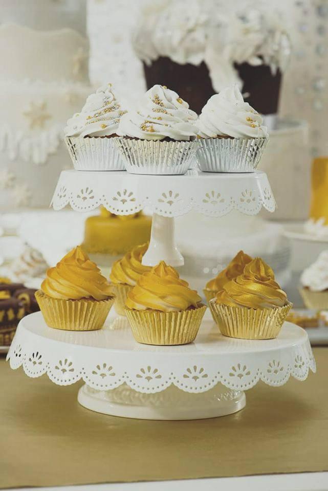 alzata bianca con cupcake