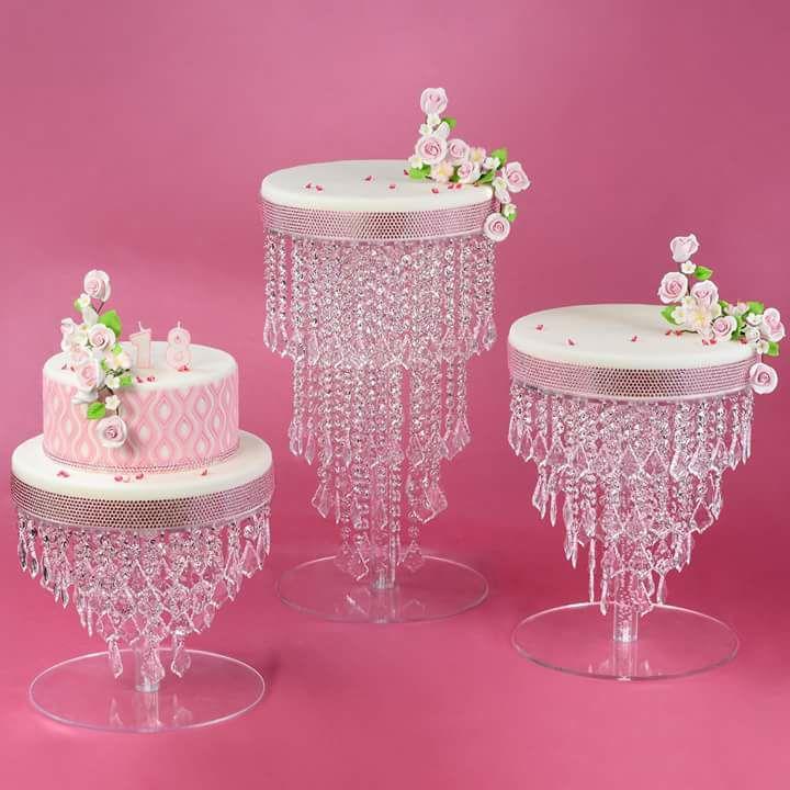 alzate per torte su sfondo rosa