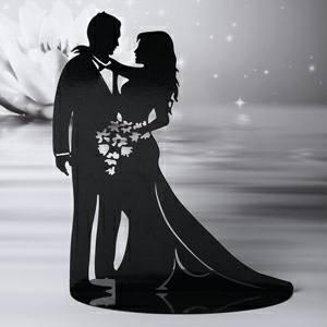 statuetta in nero di sposi che si abbraccaino