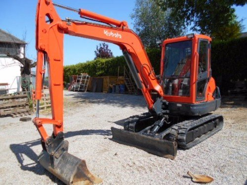 un escavatore di color arancione scuro