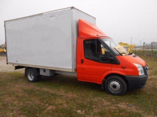 un camion arancione con il rimorchio bianco