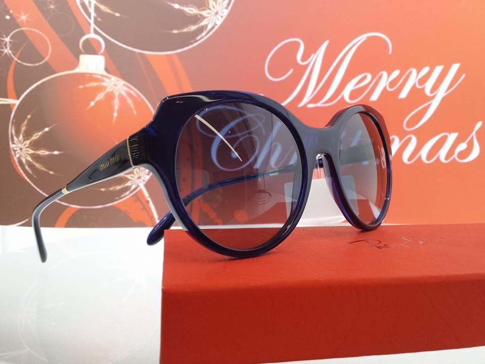 vista laterale bancone di un negozio di occhiali