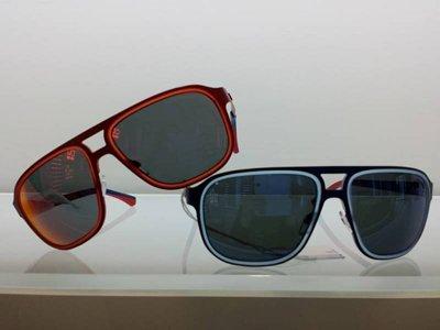 due paia di occhiali da sole con montatura rossa e blu