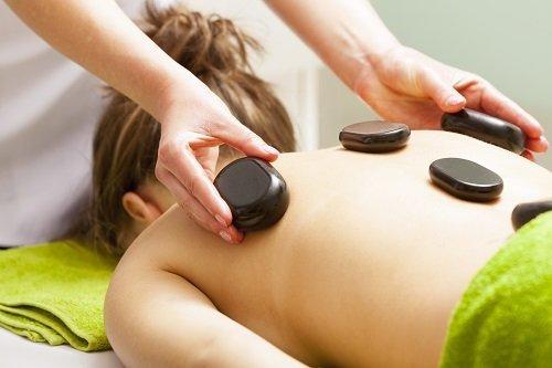 Donna ricevendo trattamento con pietre calde