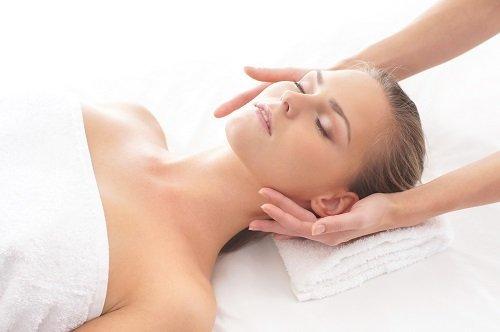 Donna che riceve un massaggio di testa