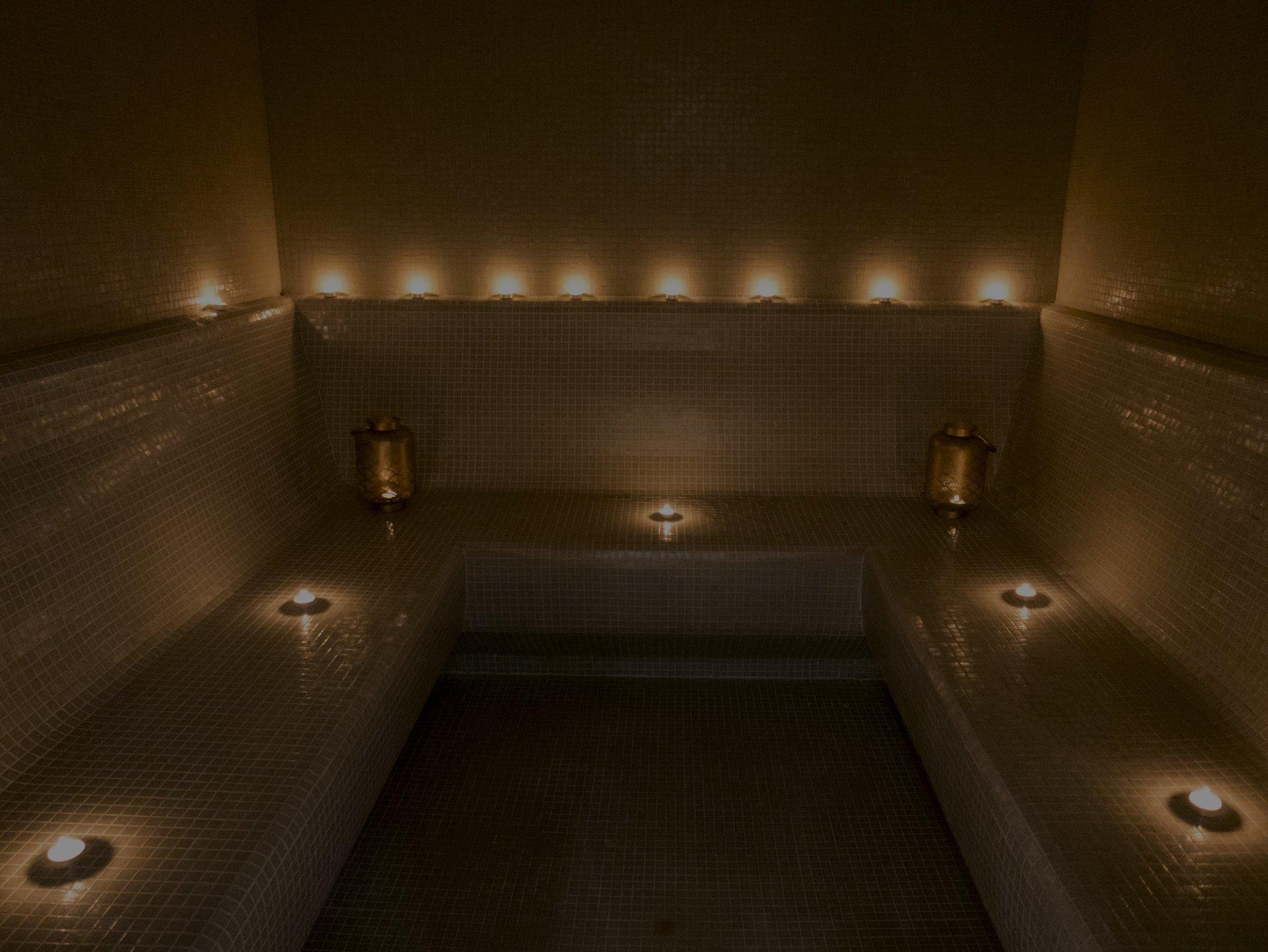 Sala con luci soffuse per bagno turco