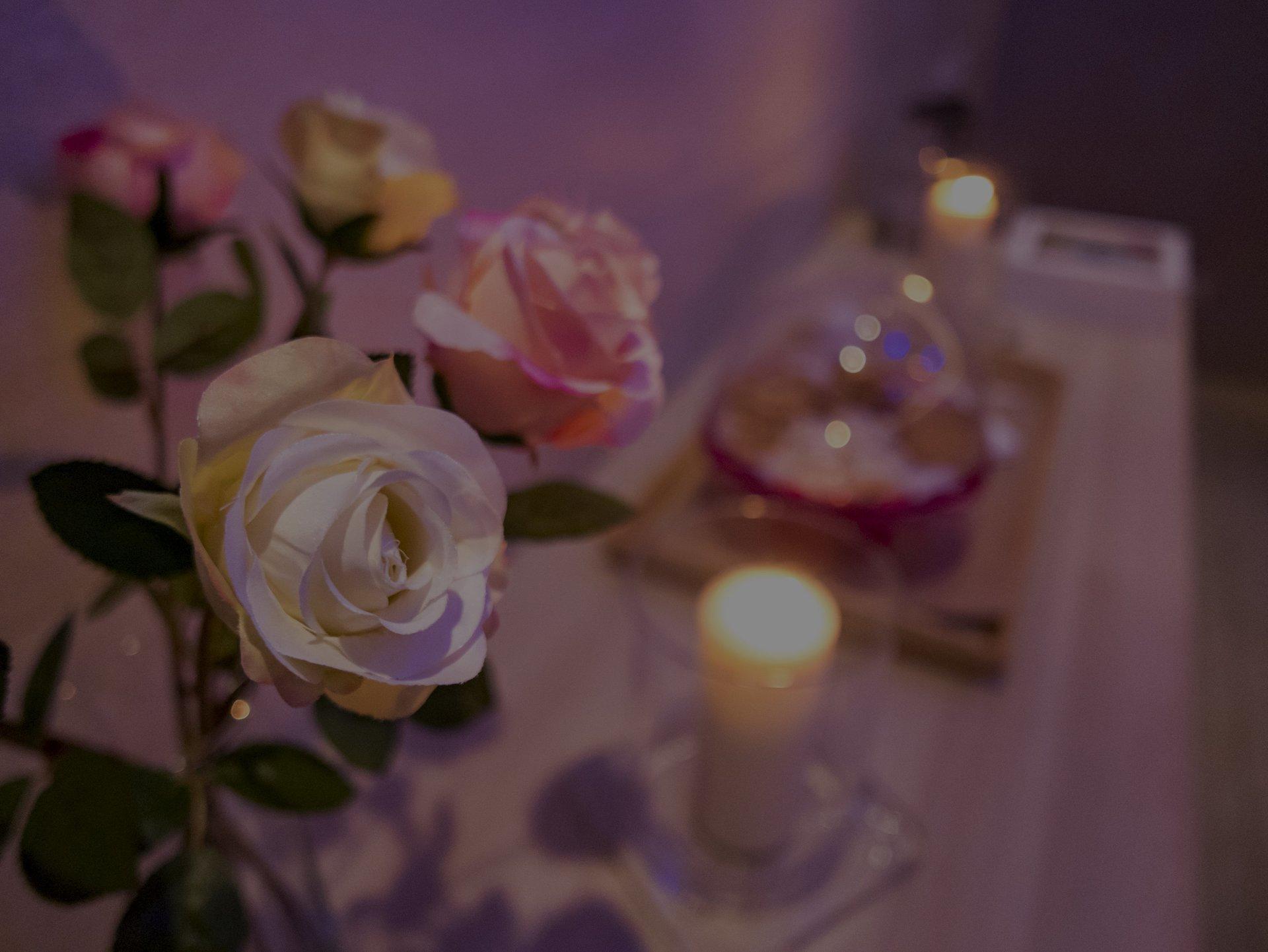 Candele rilassanti e fiori in primo piano