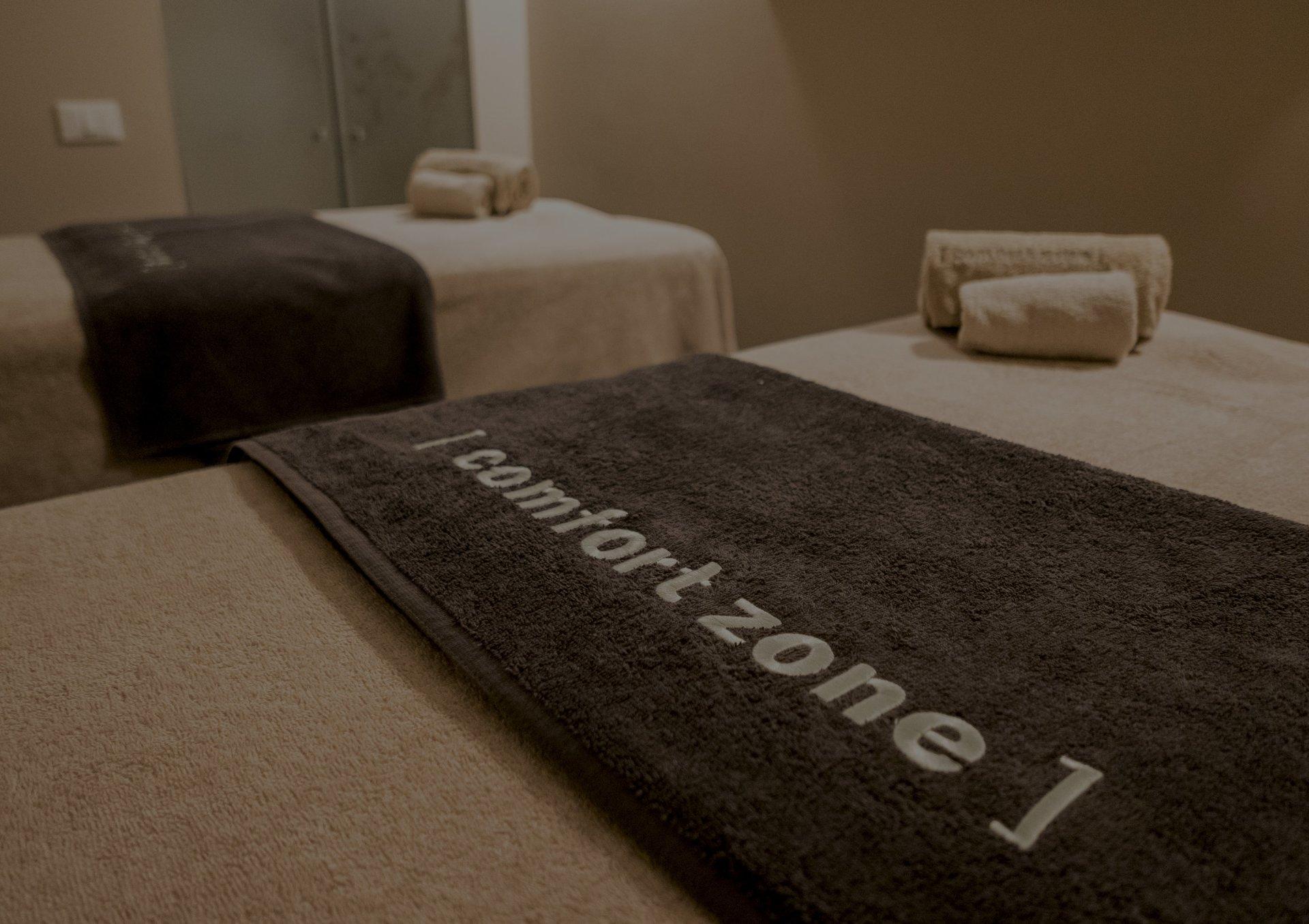 Lettini con asciugamani per massaggi