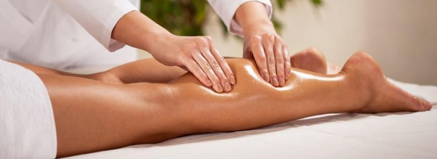 Donna bocca sotto ricevendo un massaggio alla schiena