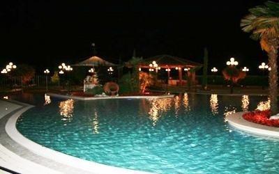 ristorante con piscina notturna