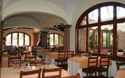 sala ristorante con vetrate