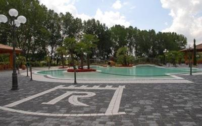 ristorante con piscina esterna