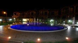 piscina di notte a sfioro