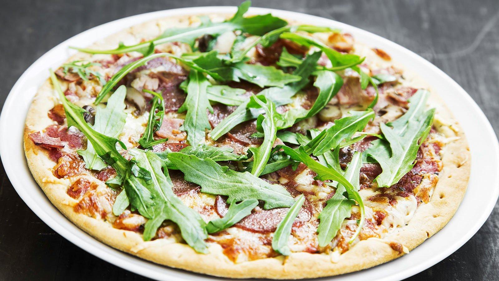 Pizza bianca de salame, prosciutto e rucola