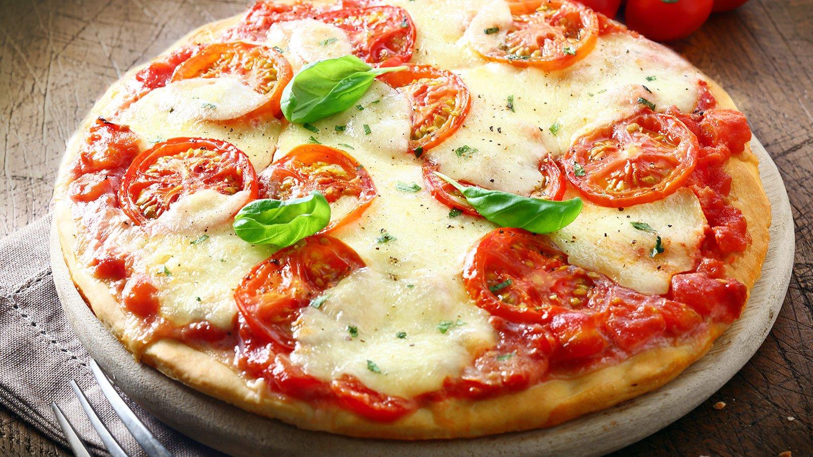 Pizza di pomodori freschi e formaggio