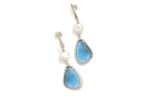due orecchini con disegni blu