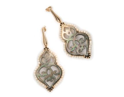 due orecchini con disegni classici