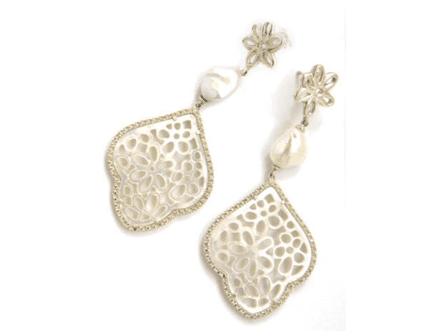 due orecchini con disegni classici dorati