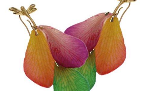 due orecchini con disegni di petali di fiori