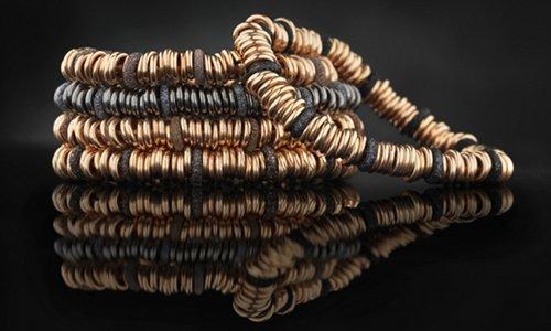 dei bracciali con anelli dorati