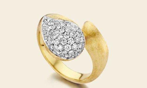 un anello d'oro con degli zirconi