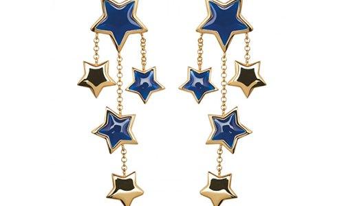 un paio di orecchini con dei disegni a stelle