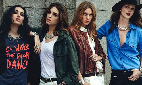 quattro ragazze con delle collane d' argento in posa
